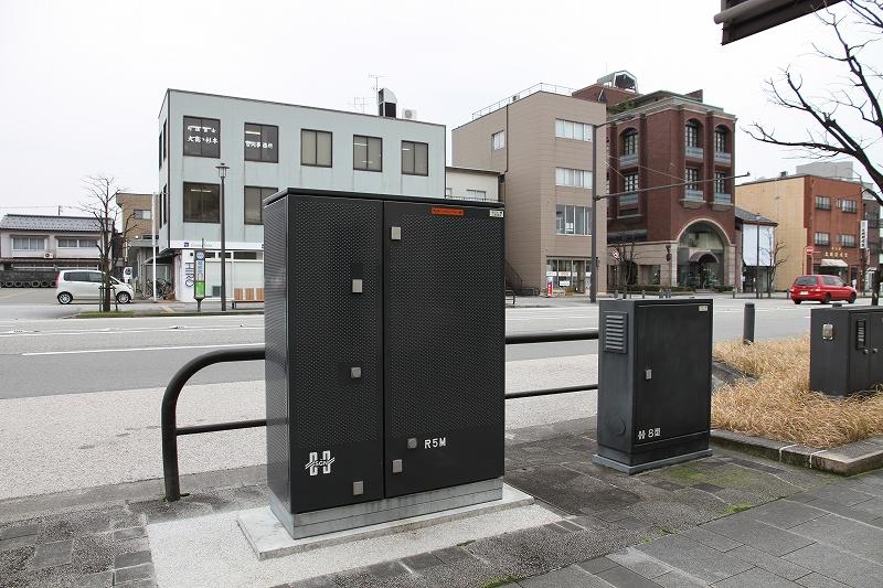 写真左:新製品の路上補償リアクトル 写真右:低圧路上分岐箱